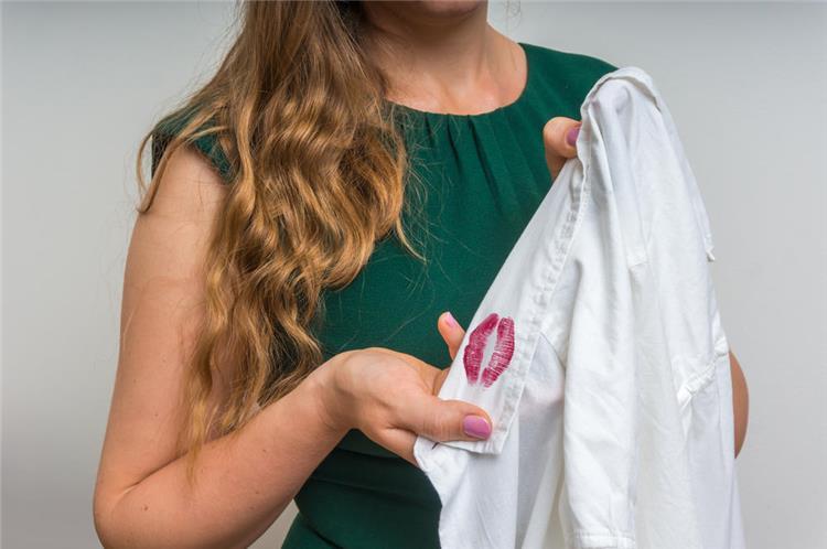 طريقة تنظيف بقع أحمر الشفاه من على الملابس