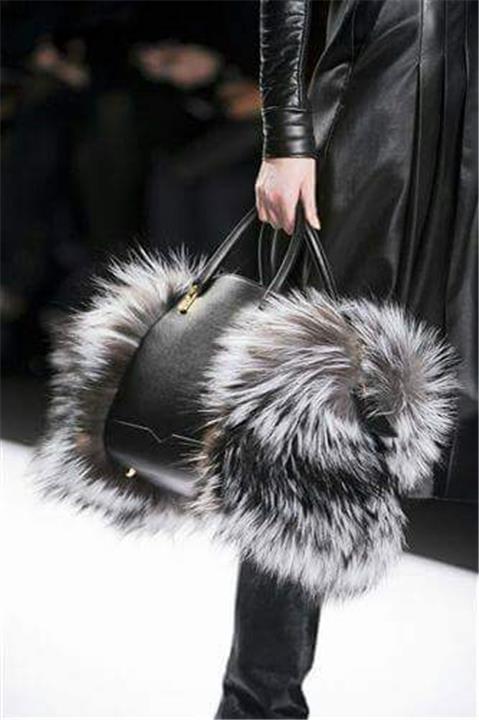 الحقيبة الفرو موضة شتاء 2020 أحدث الصيحات النسائية