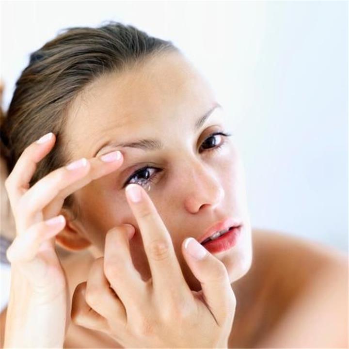 مخاطر النوم بالعدسات اللاصقة أبرزها فقدان البصر