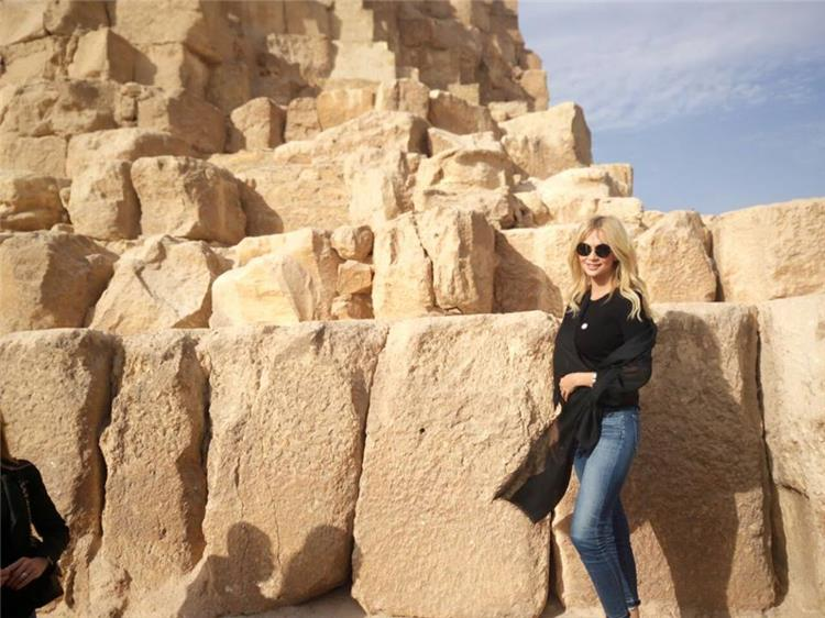 ملكة جمال روسيا تلتقط الصور مع الأهرامات في زيارتها الأولى للقاهرة