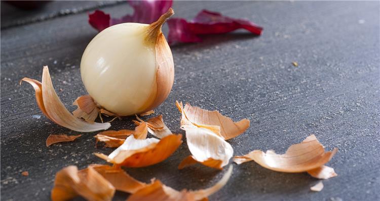 17 فائدة لقشر البصل على البشرة والشعر والصحة العامة ووصفات طبيعية مجربة