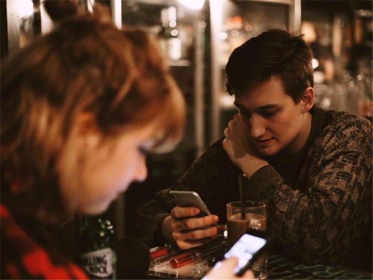 5 قواعد لتعامل العشاق على مواقع التواصل الاجتماعي