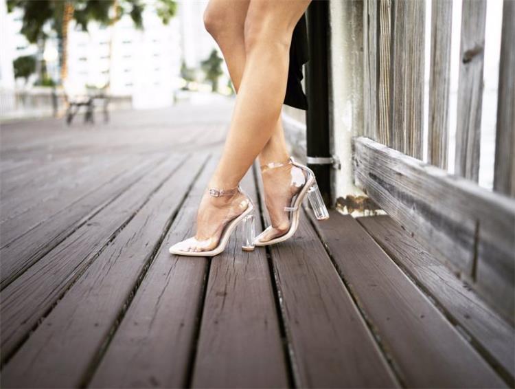 الأحذية الشفافة موضة صيف 2018