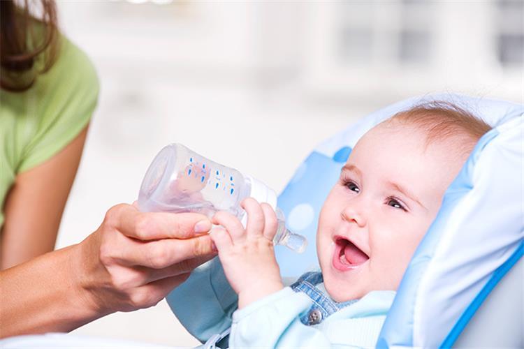 متى يقدم الماء للأطفال حديثي الولادة