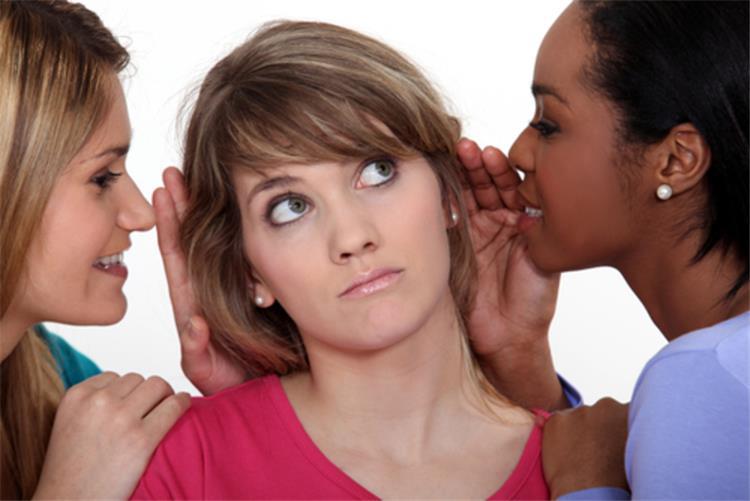 4 أسباب تدفعك إلى العمل بنصائح أصدقائك العاطفية