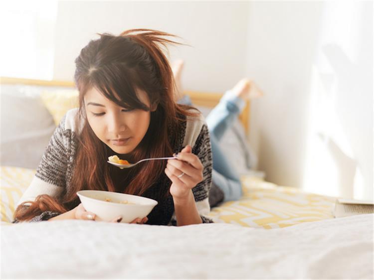 أفضل 6 أطعمة ومشروبات يجب تناولها قبل النوم