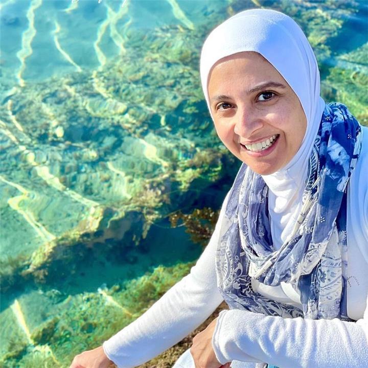 الفنانة حنان ترك تشعل مواقع التواصل الاجتماعي بعد ظهورها بالبوركيني
