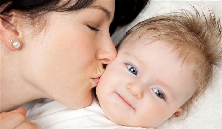 خطورة تقبيل الطفل الرضيع من الأهل