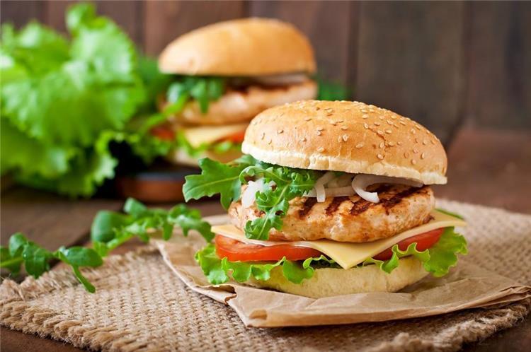 منيو غداء اليوم طريقة عمل برجر الدجاج مثل الجاهز