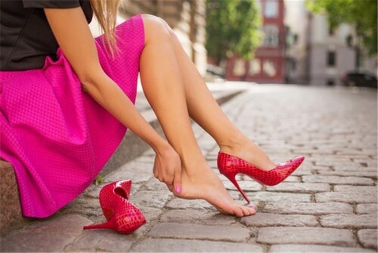 4 طرق بسيطة لتوسيع الحذاء الضيق