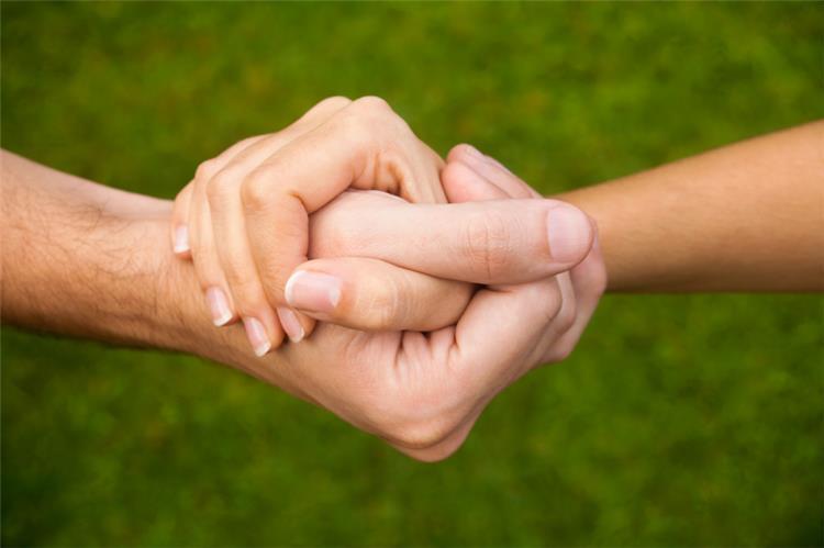 ليست رومانسية فقط تشابك الأيدي أسرع وسيلة لتخفيف الألم بين المحبين