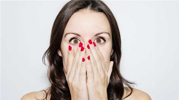 10 عادات تفعليها تضر بصحة بشرتك