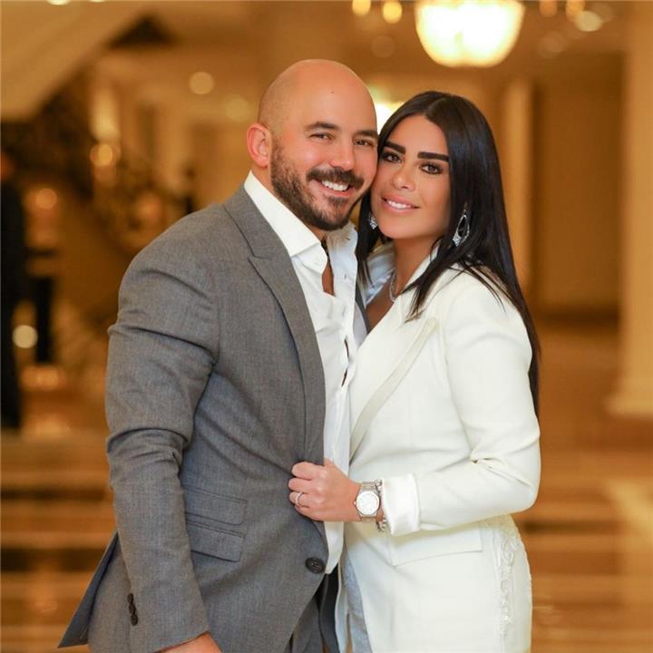 محمود العسيلي يتغزل في زوجته على الملأ