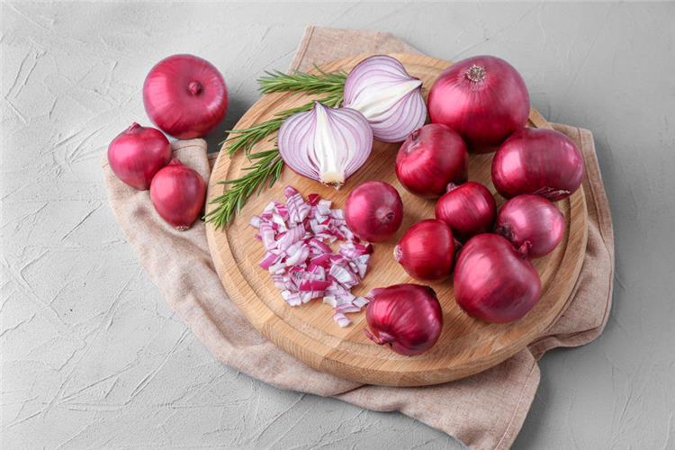 فوائد البصل الأحمر للشعر