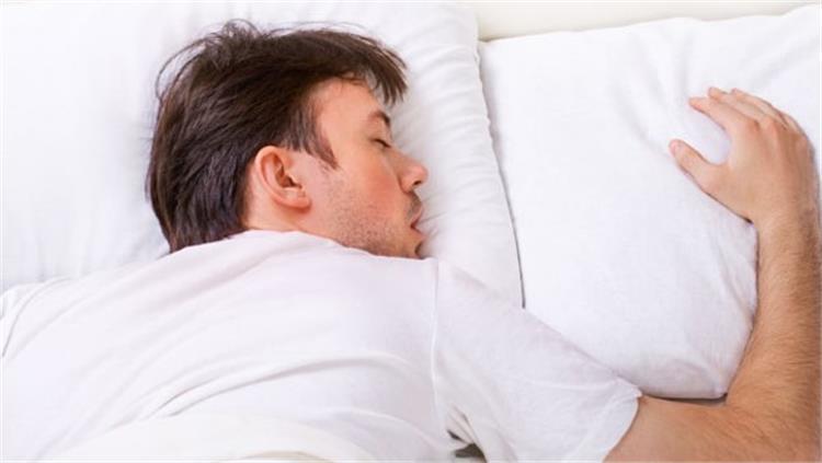 النوم على البطن يسبب لك هذه المشاكل