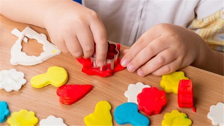 4 خطوات سهلة لصنع الصلصال في البيت للأطفال بمكونات آمنة