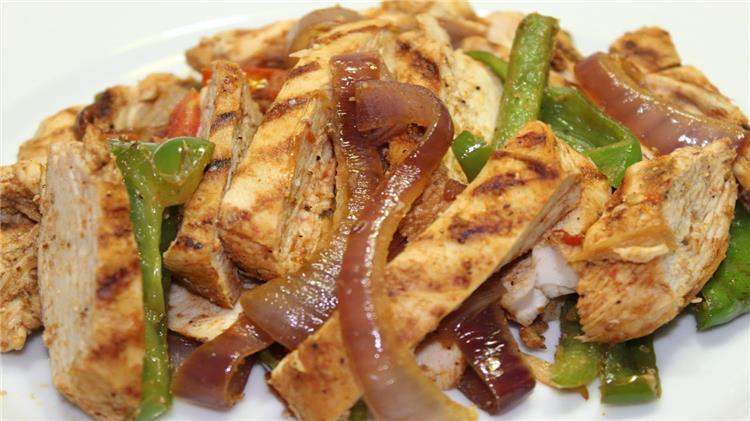 منيو غداء اليوم طريقة عمل مكرونة فاهيتا الدجاج وبطاطس ويدجز