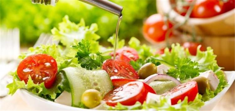 لماذا يجب تناول السلطة الخضراء على الإفطار يومي ا