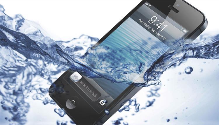 أسرع طريقة لإنقاذ الموبايل عند وقوعه فى الماء