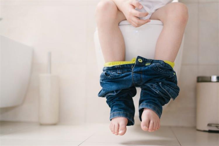 10 حيل للتخفيف من إمساك الأطفال تحتاج كل أم معرفتها