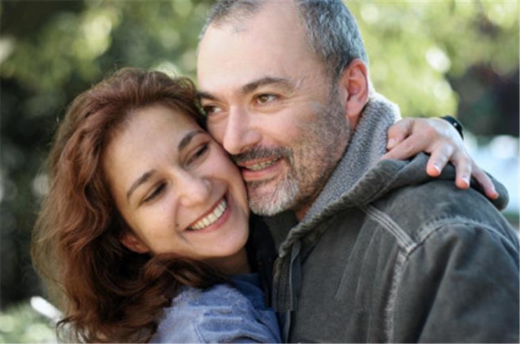 5 أسباب تدفع الفتاة للزواج من رجل في عمر أبيها