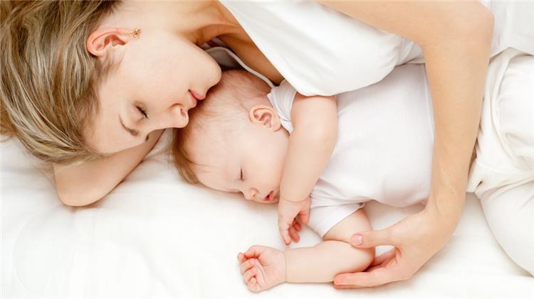 5 اسباب تدفعك للنوم بجانب رضيعك