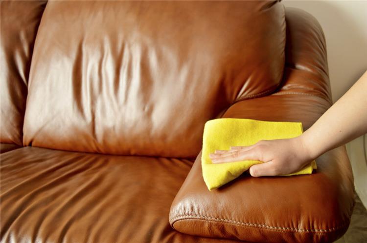 طريقة تنظيف الكنب الجلد دون تلف