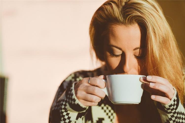فوائد شرب الماء صباح ا قبل تناول القهوة