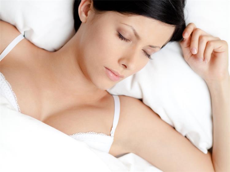 أضرار النوم بحمالة الصدر
