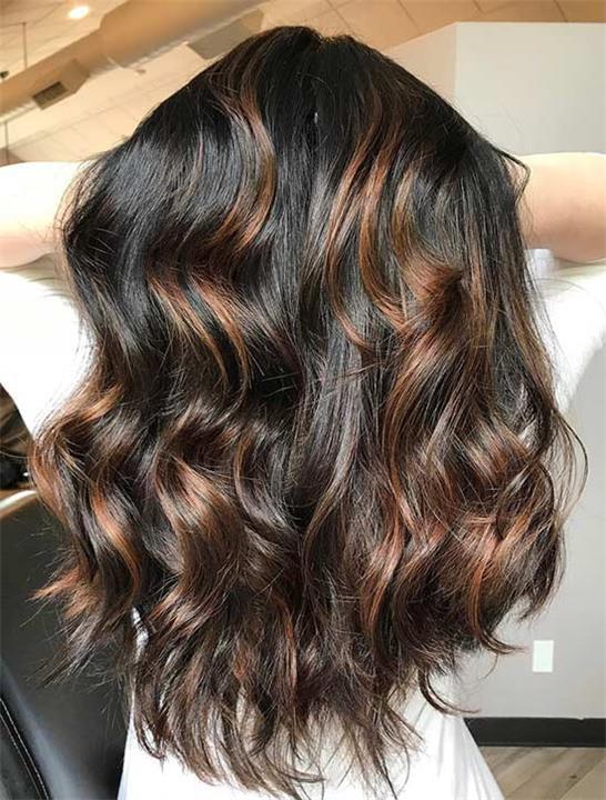 جددي شكل شعرك بالكراميل مع اللون الأسود