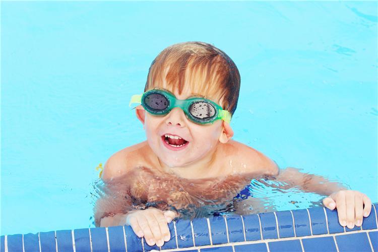 هذا السبب يجعلك تجففين أذن طفلك بعد السباحة
