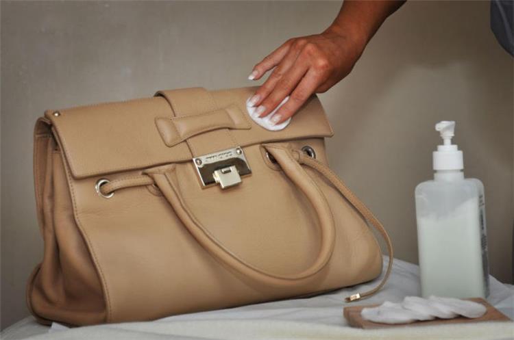 طريقة تنظيف الحقائب الجلد بأبسط تكلفة