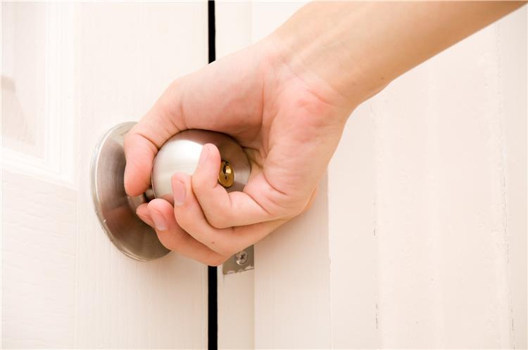 الإجراءات الوقائية التي يجب اتباعها عند دخول المنزل للحماية من فيروس كورونا