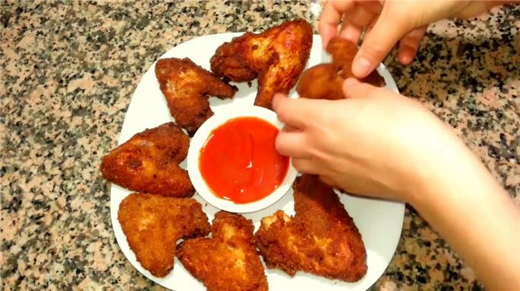 منيو غداء اليوم طريقة عمل اجنحة الدجاج المقرمشة والارز الاسكندراني