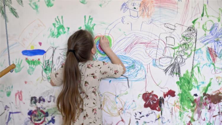 خلطات سريعة لتنظيف الحائط من رسومات أطفالك