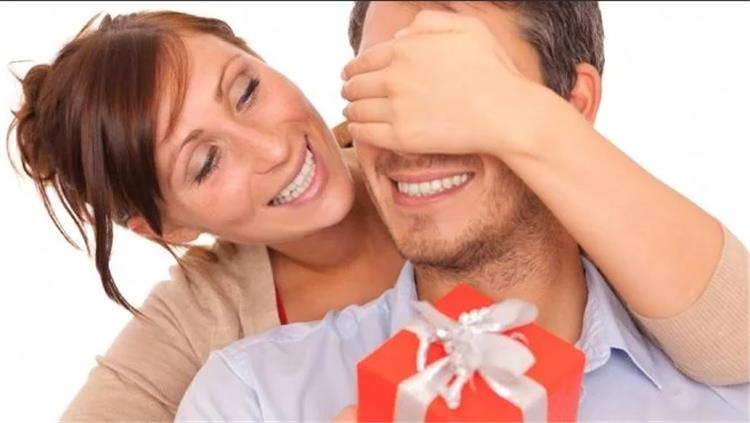 10 هدايا قدميها لزوجك في عيد الحب