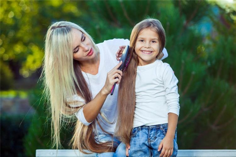 وصفات طبيعية لتطويل شعر الأطفال بشكل رهيب