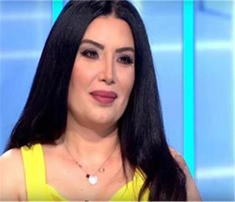 شاهد بالصور الاعلامية الشهيرة شقيقة الفنانة عبير صبري هل تشبهها