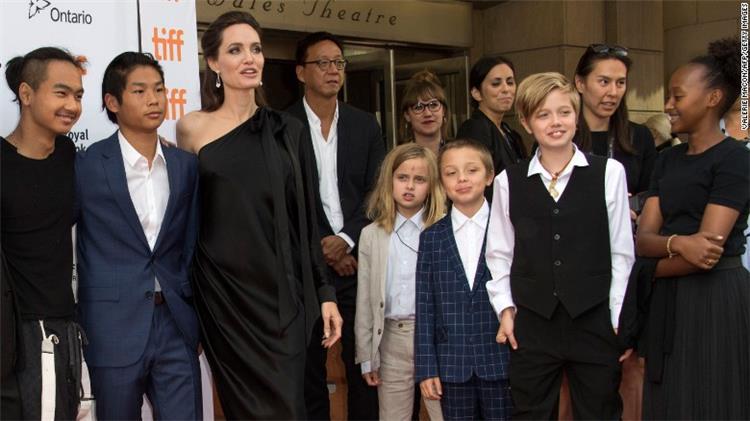 7 من الأبناء نصيب انجلينا جولي من الأمومة