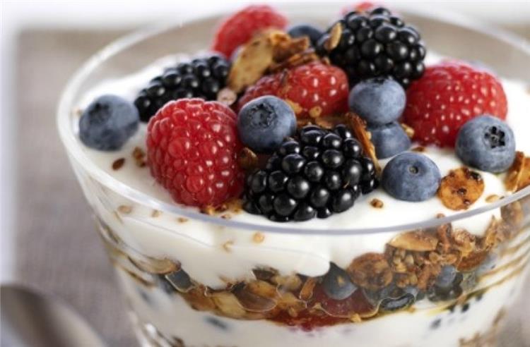 طريقة عمل الزبادي بالتوت والجرانولا لوجبة إفطار صحية