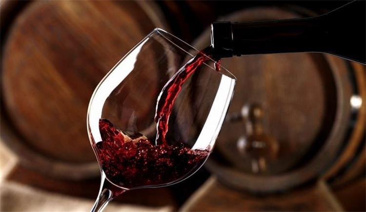 تفسير شرب الخمر في المنام.. كثير من السعادة قليل من الهموم