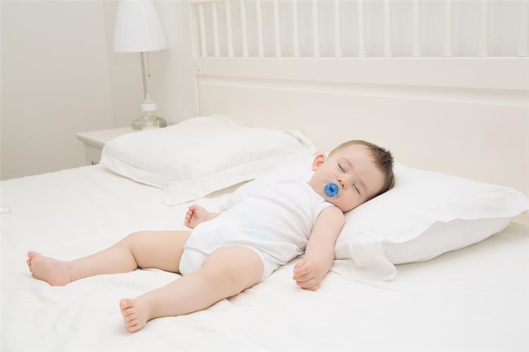 نوم الرضيع على الوسادة قد يقضي على حياته تعرفي على السبب