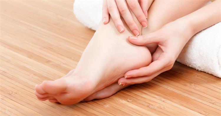 3 وصفات طبيعية لتنعيم القدمين وعلاج تشقق الكعب