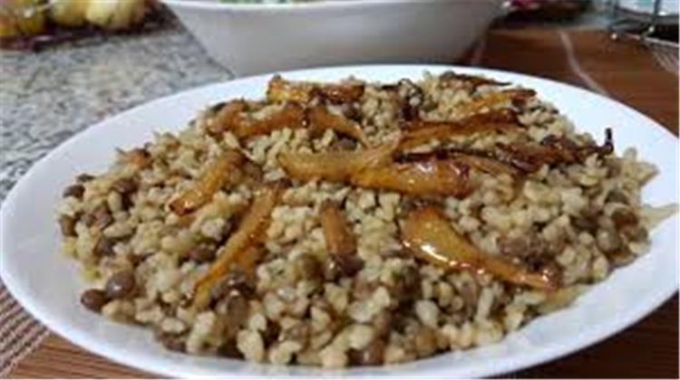 منيو غداء اليوم طريقة عمل أرز بالعدس البني والصلصة الحمراء وبطاطس بانيه