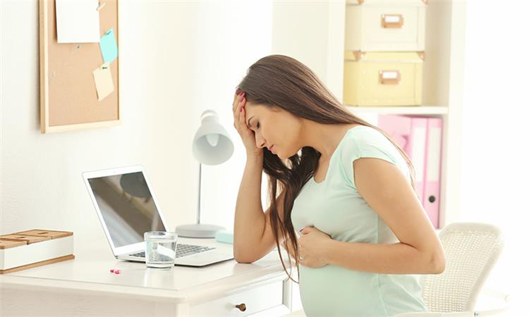 الفرق بين إفرازات أول الحمل والدورة الشهرية