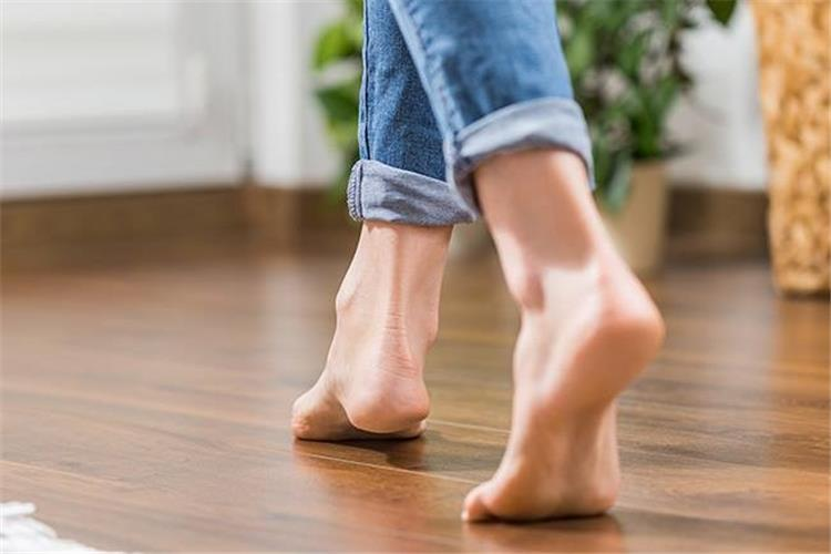 فوائد السير حافية القدمين يومي ا لن تتخيليها