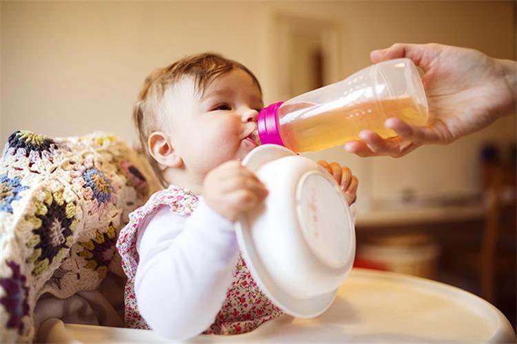 مشروبات عشبية دافئة مهدئة للأطفال الرضع