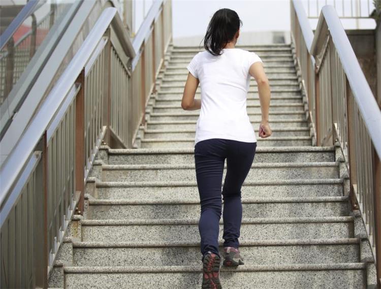 كيف تحمي نفسك من آلام الركبة عند صعود السلم