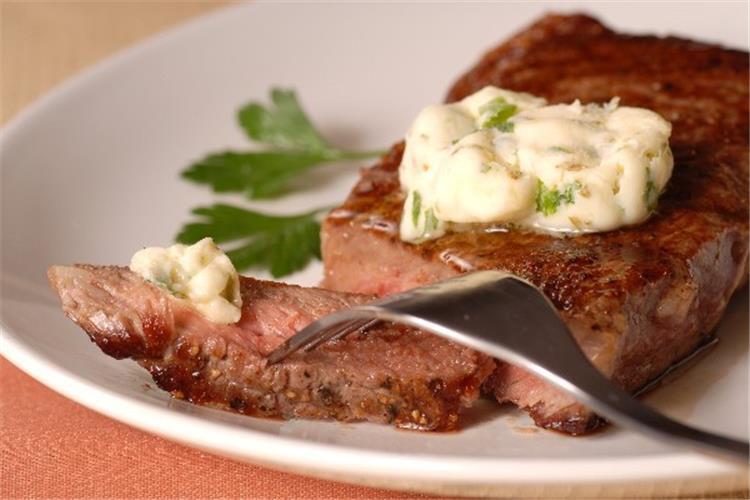 منيو غداء اليوم طريقة عمل اللحم بصوص الزبدة والثوم مع سلطة البطاطس