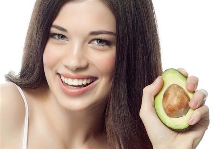 3 وصفات طبيعية بالأفوكادو لشعر صحي وقوي